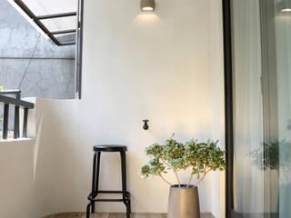 酒窩設計 Dimple Interior Design Modern balcony, veranda & terrace Tiles White