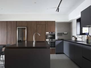 量身打造的恬靜 鈊楹室內裝修設計股份有限公司 現代廚房設計點子、靈感&圖片