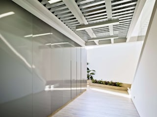 COMEDOR PETREL 92 - #ComedorP92 ARQUITECTURA by ROBERTO GARCIA - A by RG Pasillos, vestíbulos y escaleras de estilo industrial Gris