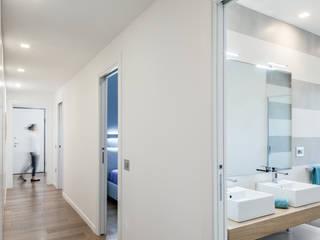 Modern corridor, hallway & stairs by Studio Vetroblu_Stefano Ferrando Modern