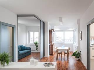 Un appartamento con spazi polifunzionali Soggiorno moderno di Studio Vetroblu_Stefano Ferrando Moderno