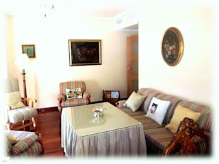 Sala de estar con tapicerías:  de estilo  de CONSUELO TORRES