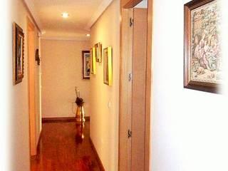 Un pasillo cálido y acogedor:  de estilo  de CONSUELO TORRES