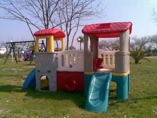 Parco giochi ADVENTURE con scivoli e ponte:  in stile  di Arredo-Giardino.com