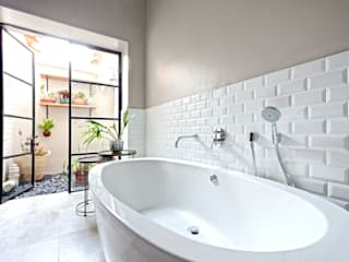 Tub with courtyard view: eclectic Bathroom by Oksijen