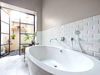 Saxonwold bathroom Oksijen Kamar Mandi Gaya Eklektik