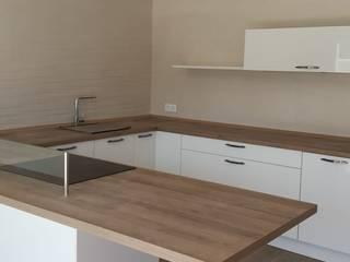MOBILIARIO COCINA BLANCO CON ENCIMERA MADERA Cocinas de estilo moderno de CERAMIX HOME Moderno