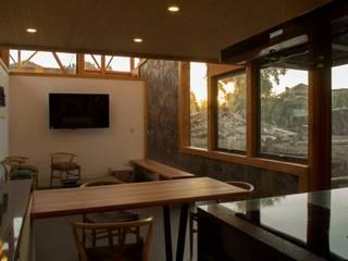 Cocina con vista al muro de piedra: Cocinas de estilo moderno por PhilippeGameArquitectos