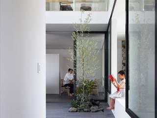 吹き抜け土間のサンルーム: 藤原・室 建築設計事務所が手掛けたサンルームです。