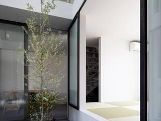 サンルームから和室: 藤原・室 建築設計事務所が手掛けたサンルームです。,