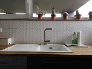Puristisch mit viel grün und Wohlfühlcharakter:  Küche von Innendesign Schumacher – Innenarchitektur Aachen,Minimalistisch