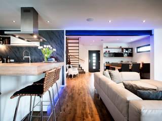Ruang Keluarga Modern Oleh Gira, Giersiepen GmbH & Co. KG Modern