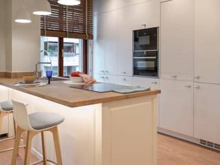 Reforma integral en vivienda con techos altos, Bilbao: Cocinas de estilo  de Sube Susaeta Interiorismo