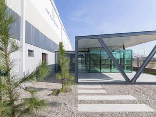 OFICINAS EN PARQUE INDUSTRIAL: Oficinas y Tiendas de estilo  por Mauricio Morra Arquitectos,Industrial