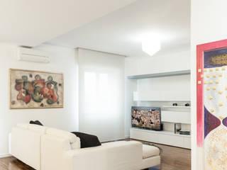 Una ristrutturazione elegante Soggiorno moderno di Studio Vetroblu_Stefano Ferrando Moderno
