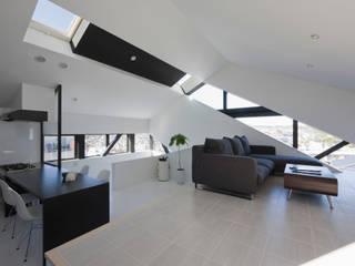 斜め窓のリビングダイニング: 石川淳建築設計事務所が手掛けたリビングです。,