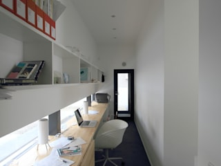 玄関土間につながる仕事室: 石川淳建築設計事務所が手掛けた書斎です。