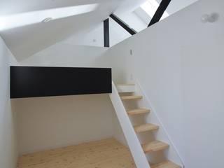 リビング横の子供室: 石川淳建築設計事務所が手掛けた子供部屋です。