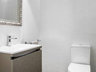 Aseo Cortesia: Baños de estilo  de AUREA ARQUITECTOS
