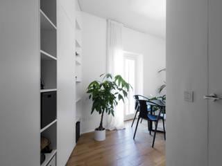 PIBI HOUSE Ingresso, Corridoio & Scale in stile minimalista di Atelierzero Architects Minimalista