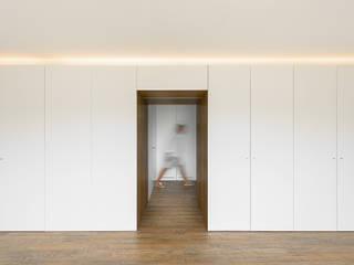 Minimalistischer Flur, Diele & Treppenhaus von Guillaume Jean Architect & Designer Minimalistisch