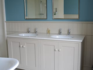 MAster Vanity Cabinet por Willow Tree Interiors Campestre