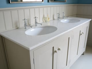 MAster Vanity Cabinet di Willow Tree Interiors Rurale