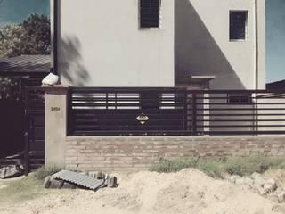Vivienda unifamilar.: Casas unifamiliares de estilo  por Luciano R. Varino