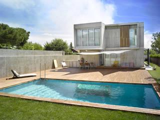 Vivienda en Soto del Real: Piscinas de jardín de estilo  de Alberich-Rodríguez Arquitectos,