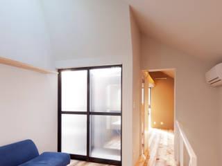现代客厅設計點子、靈感 & 圖片 根據 株式会社KAMITOPEN一級建築士事務所 現代風