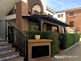 NavarrOlivier Balcon, Veranda & Terrasse classiques Bois Marron