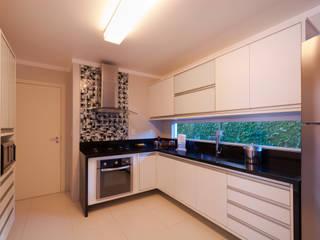 Cozinha em branco e preto: Armários e bancadas de cozinha  por Bernal Projetos - Arquitetos em Salvador
