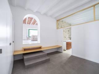 Minimalist corridor, hallway & stairs by LaBoqueria Taller d'Arquitectura i Disseny Industrial Minimalist