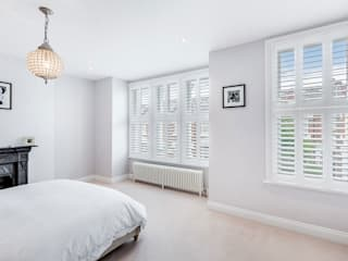 A Wonderfully Pristine Home in Battersea Dormitorios modernos: Ideas, imágenes y decoración de Plantation Shutters Ltd Moderno