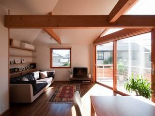 松の見える家: 麻生英之建築設計事務所が手掛けたリビングです。