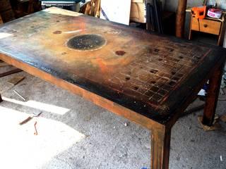 Tavoli cemento e ferro per interni ed esterni:  in stile  di Testadilegno