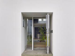Minimalist corridor, hallway & stairs by 小松隼人建築設計事務所 Minimalist