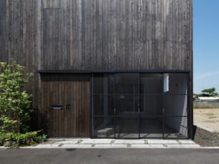 Eclectic style garage/shed by 小松隼人建築設計事務所 Eclectic