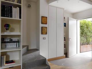 CASA SF: Ingresso & Corridoio in stile  di Lula Ferrari Architetto