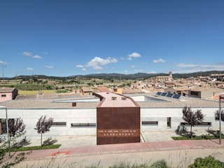CENTRO DE DIA Y HOGAR DE ANCIANOS DE BLANCAFORT Casas de estilo moderno de GUILLEM CARRERA arquitecte Moderno