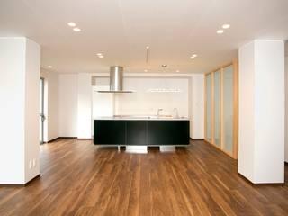 鉄筋コンクリート構造のキッチンを中心としたバリアフリー住宅 モダンデザインの ダイニング の 無二建築設計事務所 モダン