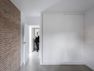 Casa en La Murta tambori arquitectes Dormitorios de estilo mediterráneo Blanco
