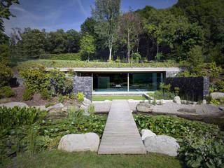 Pool Haus im Hang, perfekte Integration in der Landschaft Moderner Garten von Ecologic City Garden - Paul Marie Creation Modern