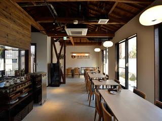 萬燈珈琲店: 株式会社ウエムラデザインが手掛けたレストランです。