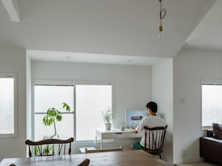 Suita house renovation: ALTS DESIGN OFFICEが手掛けた書斎です。