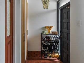 Suita house renovation: ALTS DESIGN OFFICEが手掛けた廊下 & 玄関です。