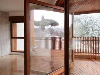 Porta Pivotante e Deck de madeira:   por AL Interiores