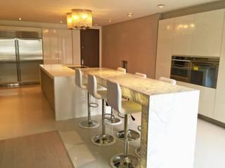 Apto Santa Bárbara Alta: Cocinas de estilo moderno por Spatia Construcción