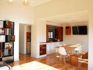 Comedor : Reparación de pisos, apertura hacia cocina, Fabricación de Cava Vinos y Biombo:  de estilo  por Estudio Mínimo Arquitectura y Construcción Ltda.