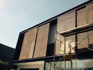 fachada en proceso Constructivo: Casas de estilo  por Estudio Mínimo Arquitectura y Construcción Ltda.